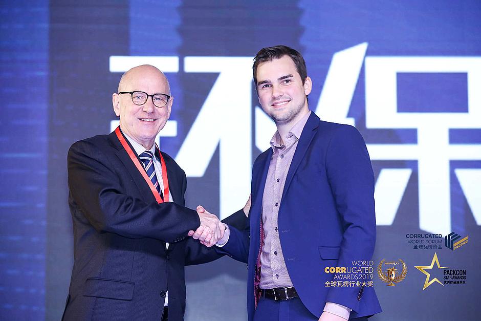 Mirko Klepsch (rechts im Bild), nimmt den World Corrugated Award von Peter van Ostaijen entgegen.