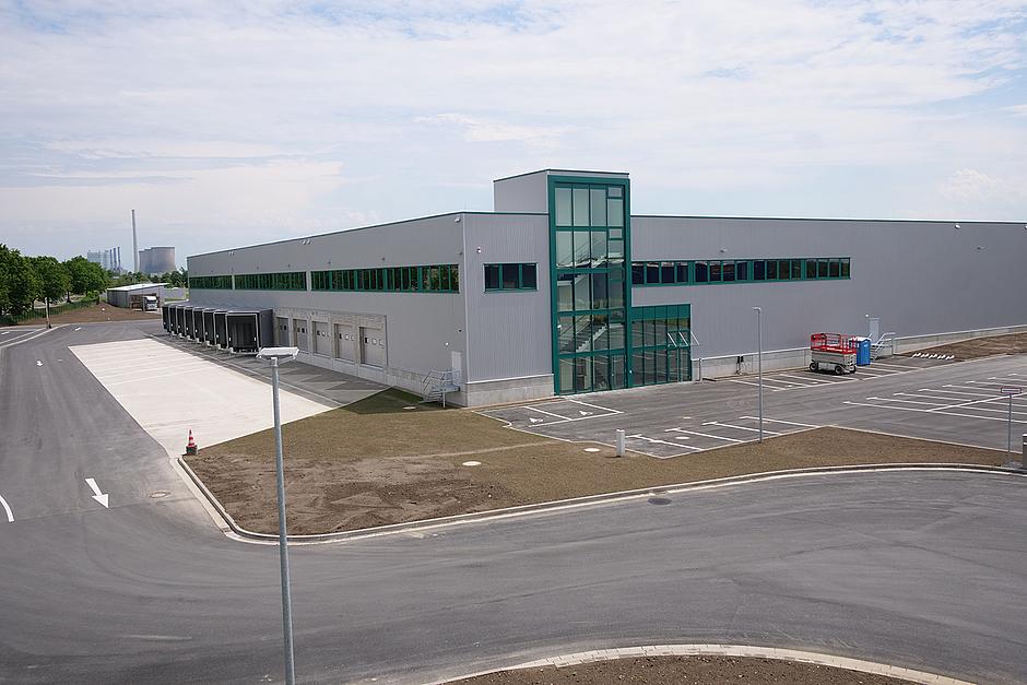 Durch die neue Lagerhalle kann die Logistik an einem Standort gebündelt werden.