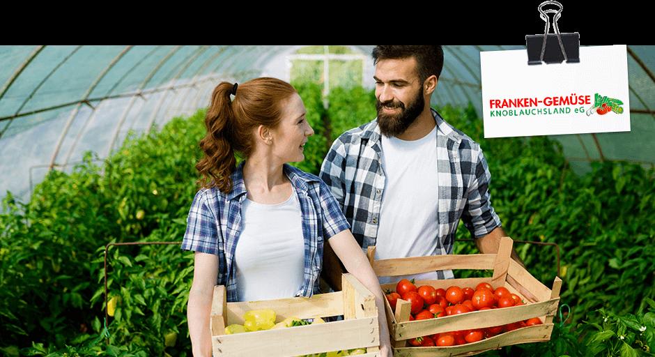 Franken Gemüse - Gewächshaus Frau und Mann mit Gemüsesteigen