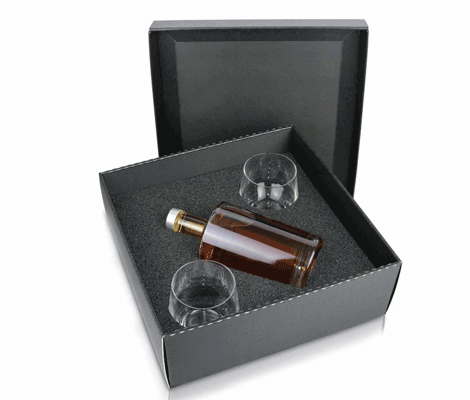 [Translate to englisch:] Geschenkverpackung für eine Flasche und zwei Gläser