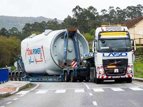 LKW transportiert Turbine zu Windpark