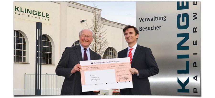 Dr. Jan Klingele übergibt eine Spende von 10.000 Euro an die Rotary Stiftung Stuttgart